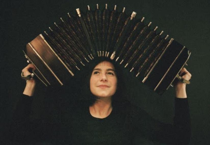 Femme avec un accordéon sur la tête