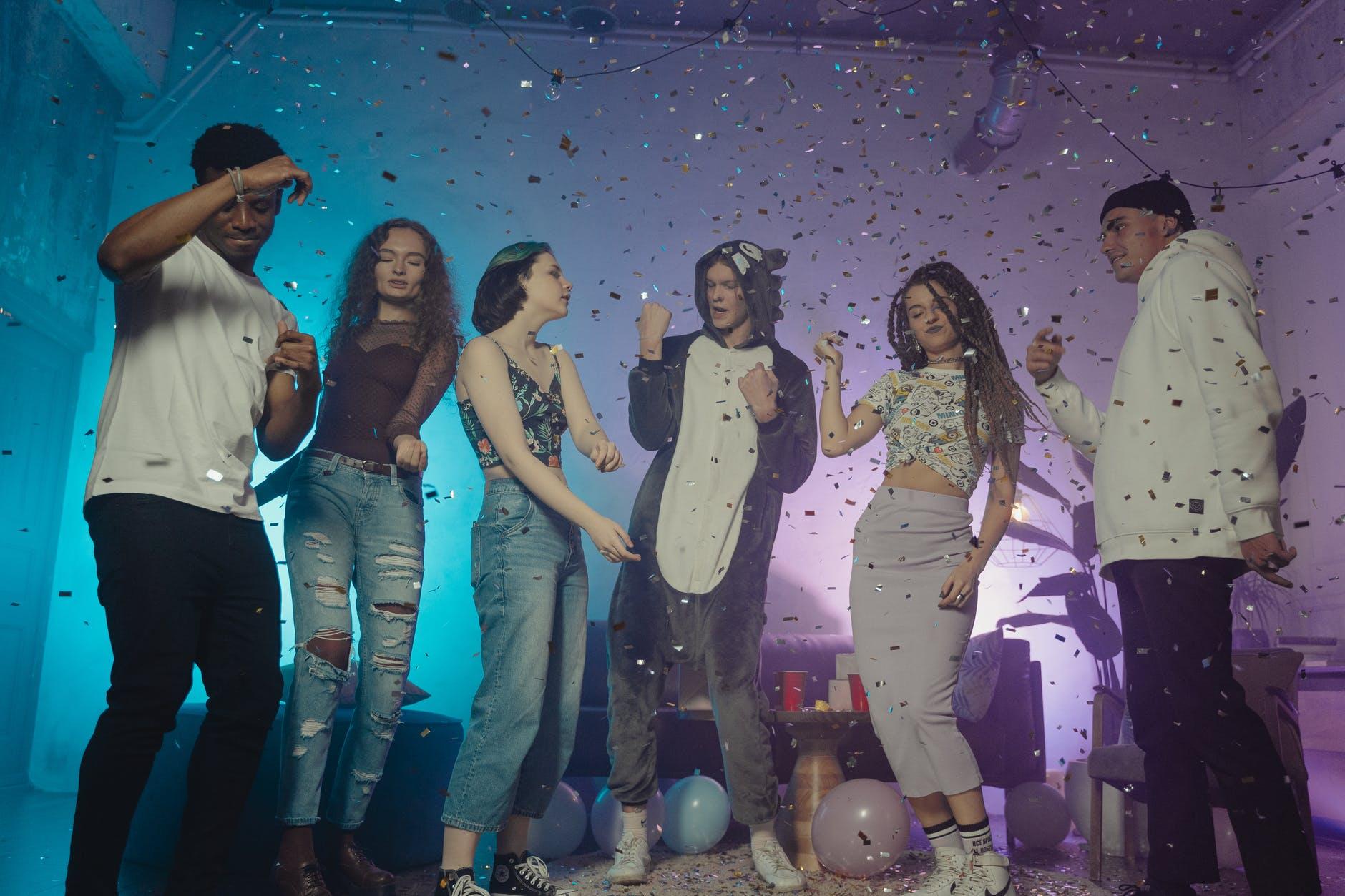 Des personnes dansant en soirée